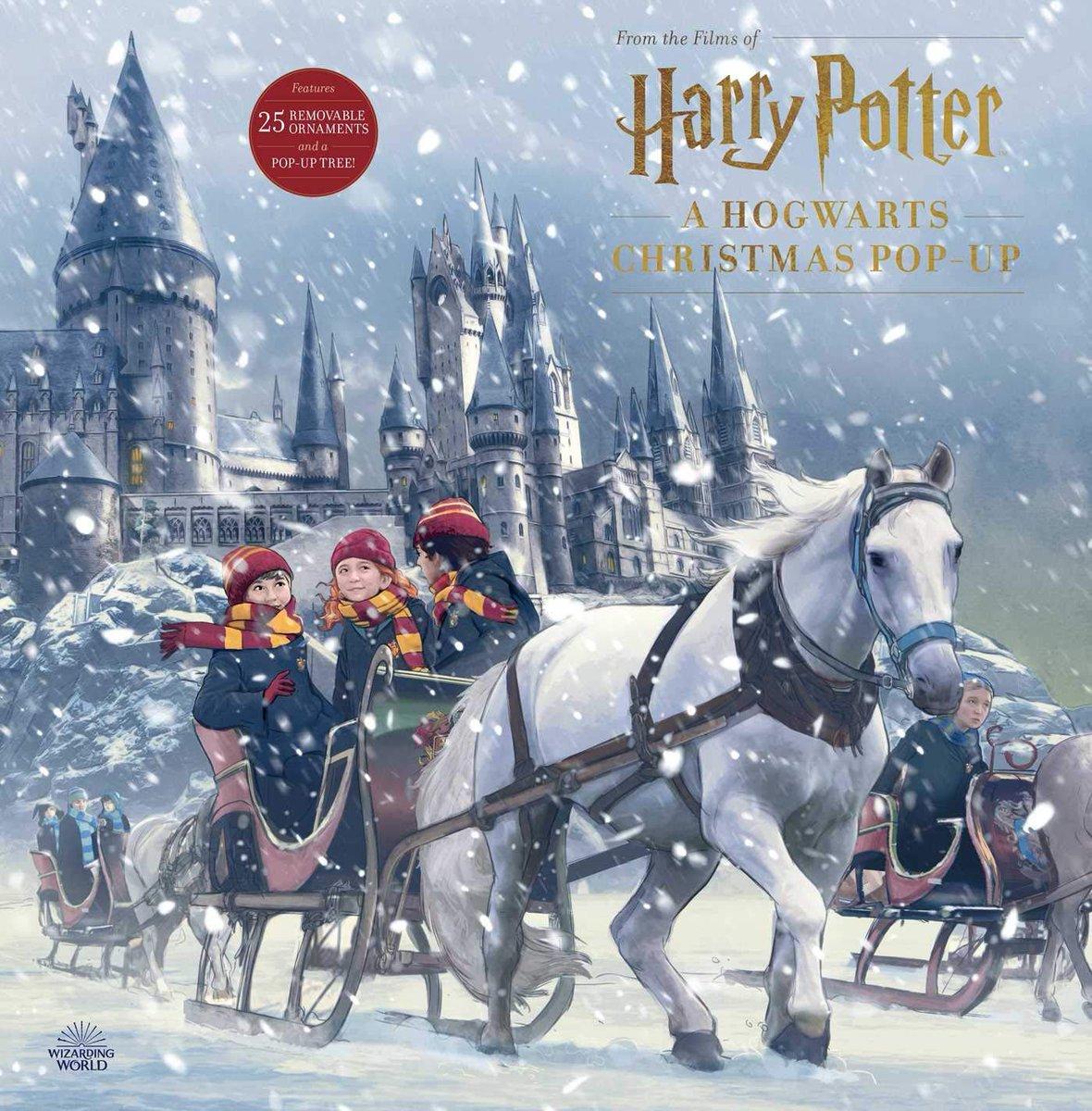 【書籍】明日発売!クリスマスへ向けてポップアップブック『Harry Potter: A Hogwarts Christmas Pop-Up』が登場!中に含まれるソフトカバーのブックレットには、映画に登場するホグワーツの休暇に関する舞台裏などが書かれています。お値段3,948円。