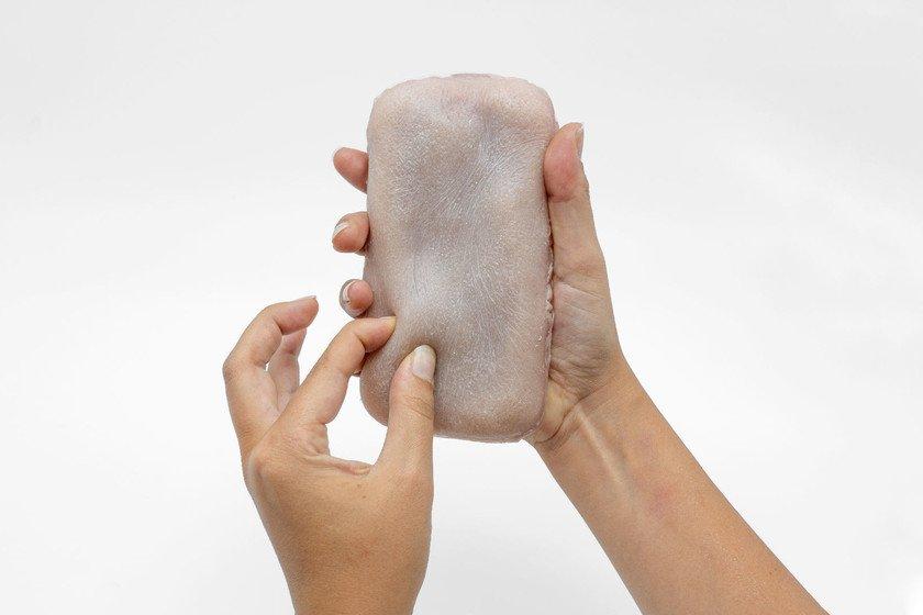 """Pellizcar, acariciar y hasta hacer cosquillas a nuestro smartphone sería posible con esta """"funda"""" de piel humana sintética"""