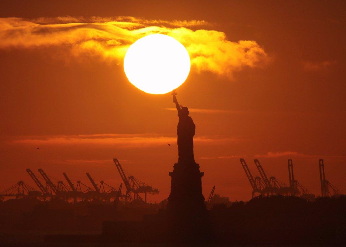 Sunset behind the Statue of Liberty in New York City tonight. #newyorkcity #nyc #newyork @statueellisnps @statueellisfdn #statueofliberty #sunset @agreatbigcity