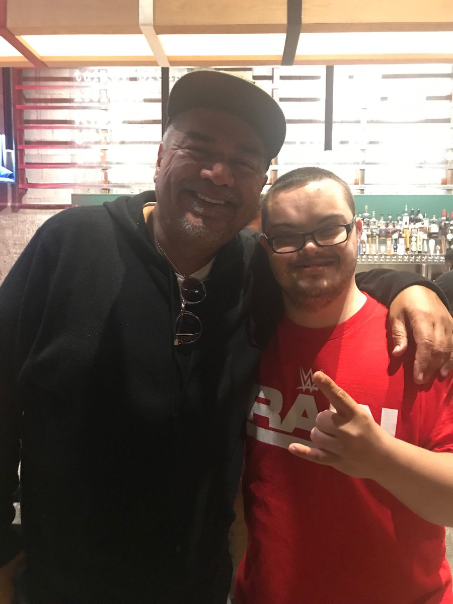 I here @BBQMabels eat my buddy @chefsymon so good ribs and I so happy I see my good buddy @georgelopez love you buddy love you @chefsymon oh ya