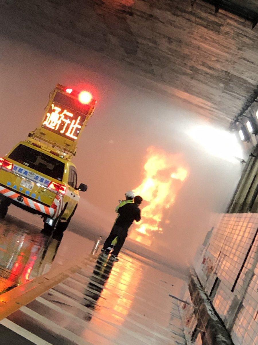 【#交通情報】首都高 三宅坂JCTで大型トレーラー燃える車両火災『皇居付近で黒煙』10/22 - NAVER まとめ  #NHK #即位礼