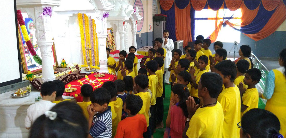 Sanātana literally means ETERNAL; that which has no beginning or end.  India's revered Saints are also d #EpitomeOfAllOurSanatanSanskriti !  We bow to them coz #Hinduism is d only religion where GOD incarnate itself as #SaintForHumanity for social welfare.  http://www. bengaluru.ashram.org/home/artmid/46 73/articleid/39316/%e0%a4%b5%e0%a4%bf%e0%a4%a6%e0%a5%8d%e0%a4%af%e0%a4%be%e0%a4%b0%e0%a5%8d%e0%a4%a5%e0%a5%80-%e0%a4%b6%e0%a4%bf%e0%a4%b5%e0%a4%bf%e0%a4%b0-%e0%a4%ae%e0%a4%82%e0%a4%97%e0%a4%b2-%e0%a4%86%e0%a4%b0%e0%a4%a4%e0%a5%80-%e0%a4%95%e0%a5%80-%e0%a4%ae%e0%a4%a8%e0%a5%8b%e0%a4%b0%e0%a4%ae-%e0%a4%9d%e0%a4%b2%e0%a4%95%e0%a4%bf%e0%a4%af%e0%a4%be%e0%a4%81   … <br>http://pic.twitter.com/sHPeUKAvSR