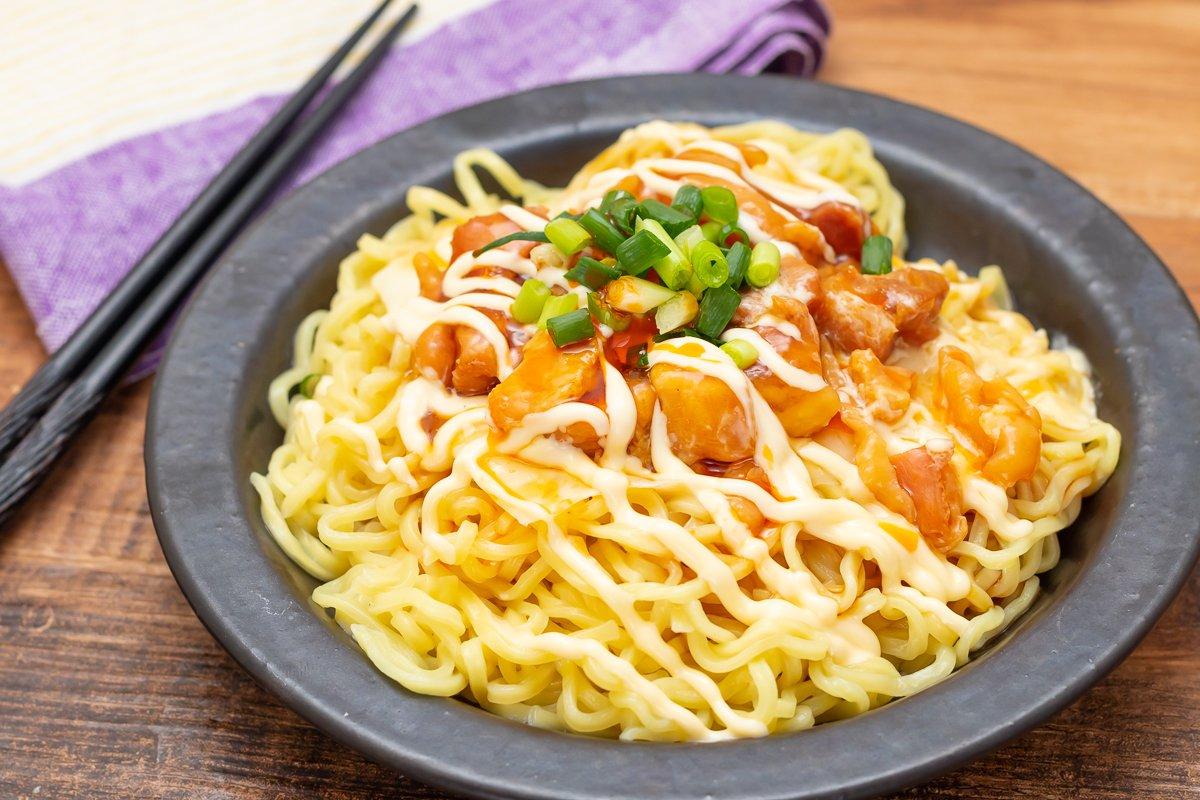 【レシピ】「焼き鳥チーズまぜそば」なんかものすげえ勢いで完食されたコンビニ食材だけで錬成した