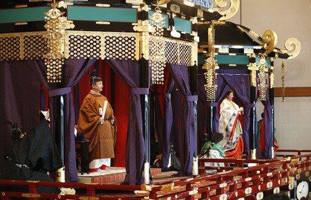 【即位礼正殿の儀】天皇陛下が即位を宣言「象徴のつとめ果たす」陛下は高御座に上って即位を国内外に宣言し「憲法にのっとり、象徴としてのつとめを果たすことを誓います」と述べられた。夜には宮殿で祝宴「饗宴の儀」が行われる。