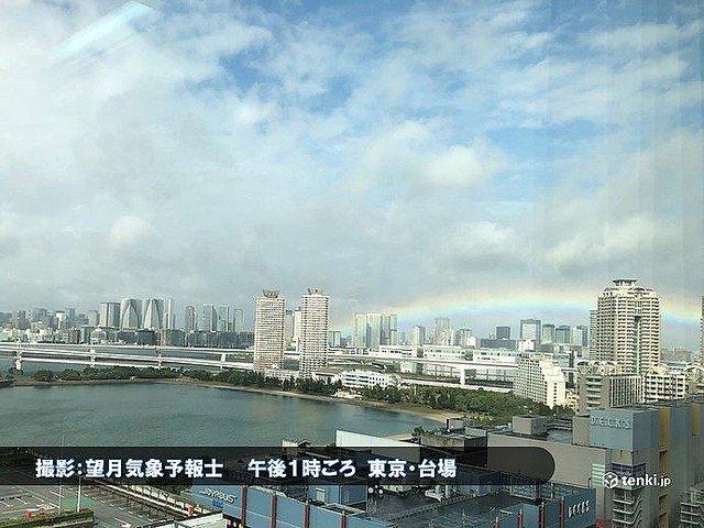【奇跡】新時代の到来を祝う虹の架け橋 都心にかかる雨が降り続いていた関東地方は、午後から急速に天気が回復。雲の切れ間から薄日が差して、午後1時頃、お台場から東京スカイツリーのある北西の方角に虹がかかったという。#即位礼正殿の儀