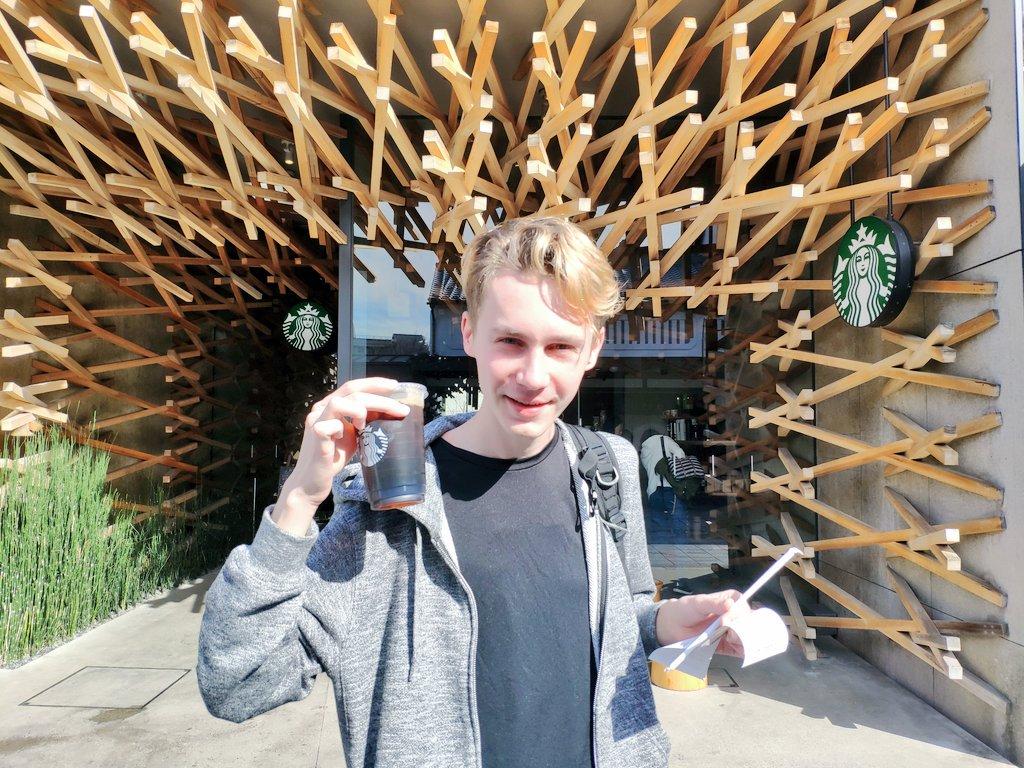 なんだこのスターバックスぅぅぅぅぅぅぅ‼️‼️‼️ 日本の人は割り箸を大きくしておしゃれをするのがすごく上手だぁぁぁぁ‼️‼️‼️ やっぱり日本はお箸がすごいよねぇぇぇぇぇ‼️‼️ こんな大きなお箸が刺さるスターバックスは世界探しても日本にしかないでしょぉぉぉぉ‼️‼️‼️ たこ焼きたくさん食べれる🥰