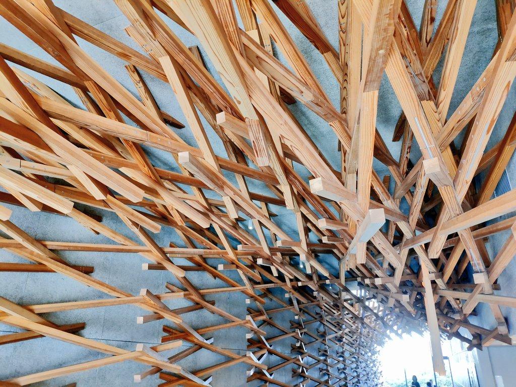 まるで大きな割り箸が刺さっているよう!太宰府のスタバのデザインが面白い!