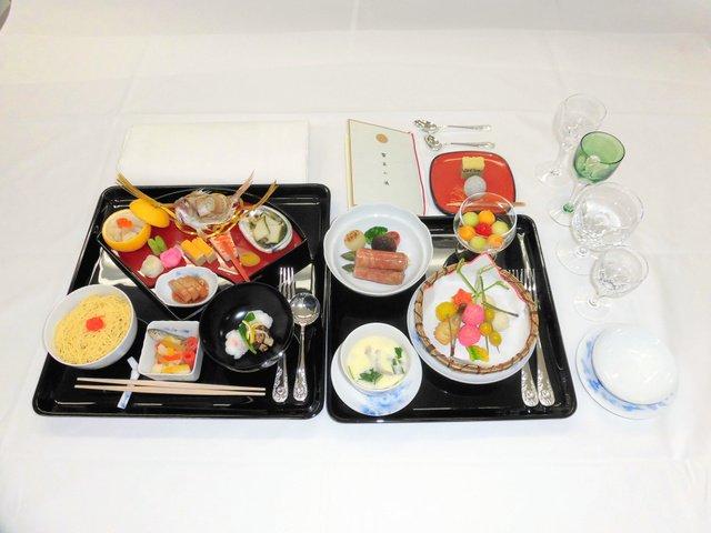 【祝宴】「饗宴の儀」のメニュー タイやアワビ、牛肉アスパラ巻きもプリンスホテルのシェフが料理を担当し、和食中心の料理がふるまわれた。ハラールのメニュー、菜食主義者用の献立も用意。
