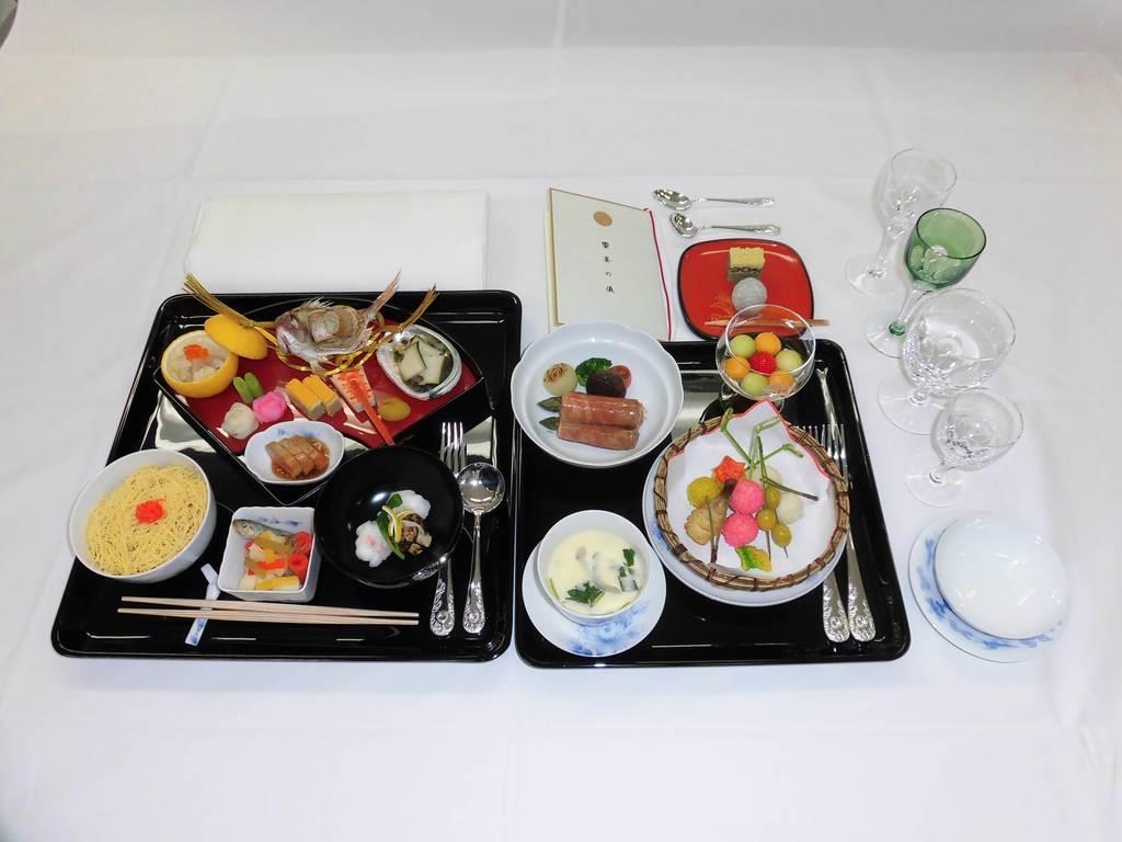 「饗宴の儀」平成踏襲、日本料理で 菜食主義 「ハラル」メニューも外国元首らが招かれた22日の献立は前菜▽酢の物▽吸い物▽加薬ご飯▽焼き物▽揚げ物▽果物-など9品目。宮中晩餐会よりもかなり規模の大きい祝宴となるためコンパクトに提供できる日本料理が選ばれました