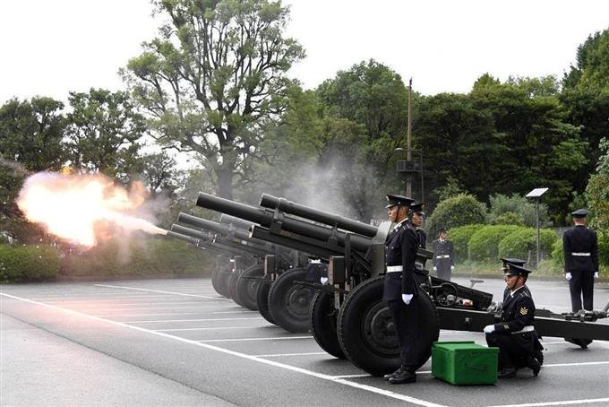 ご即位を祝い、礼砲21発 「即位礼正殿の儀」に合わせ陸自皇居近くの北の丸公園では、即位礼正殿の儀に合わせて陸上自衛隊の礼砲部隊による礼砲が行われた。礼砲を間近で聞こうと150人以上が集まった。礼砲は21発放たれ、集まった人々から「万歳」と声があがった。