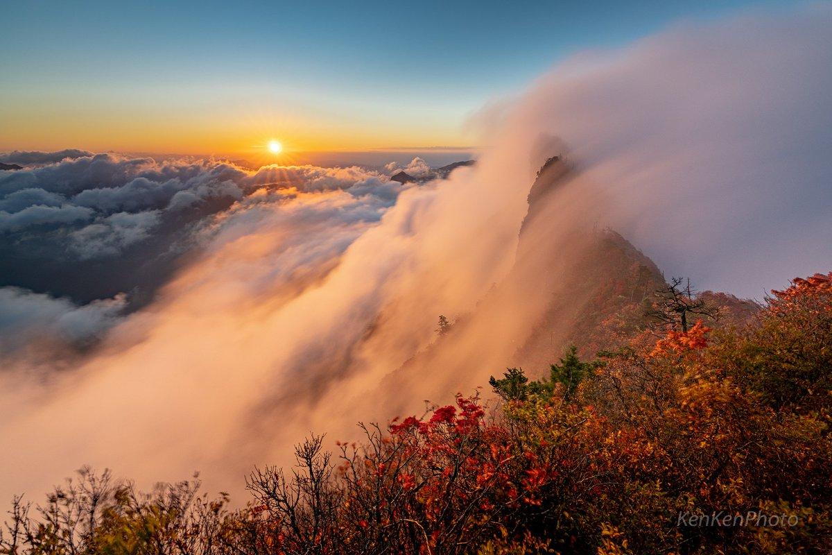 西日本最高峰の石鎚山。朝も昼も夜も息をのむような最高の景色が広がっていたのでみなさんに見てもらいたいです!(2枚目はブロッケン現象、4枚目はiPhoneで撮ったパノラマ写真です)#石鎚山 #天狗岳 #紅葉 #雲海 #PASHADELIC #東京カメラ部