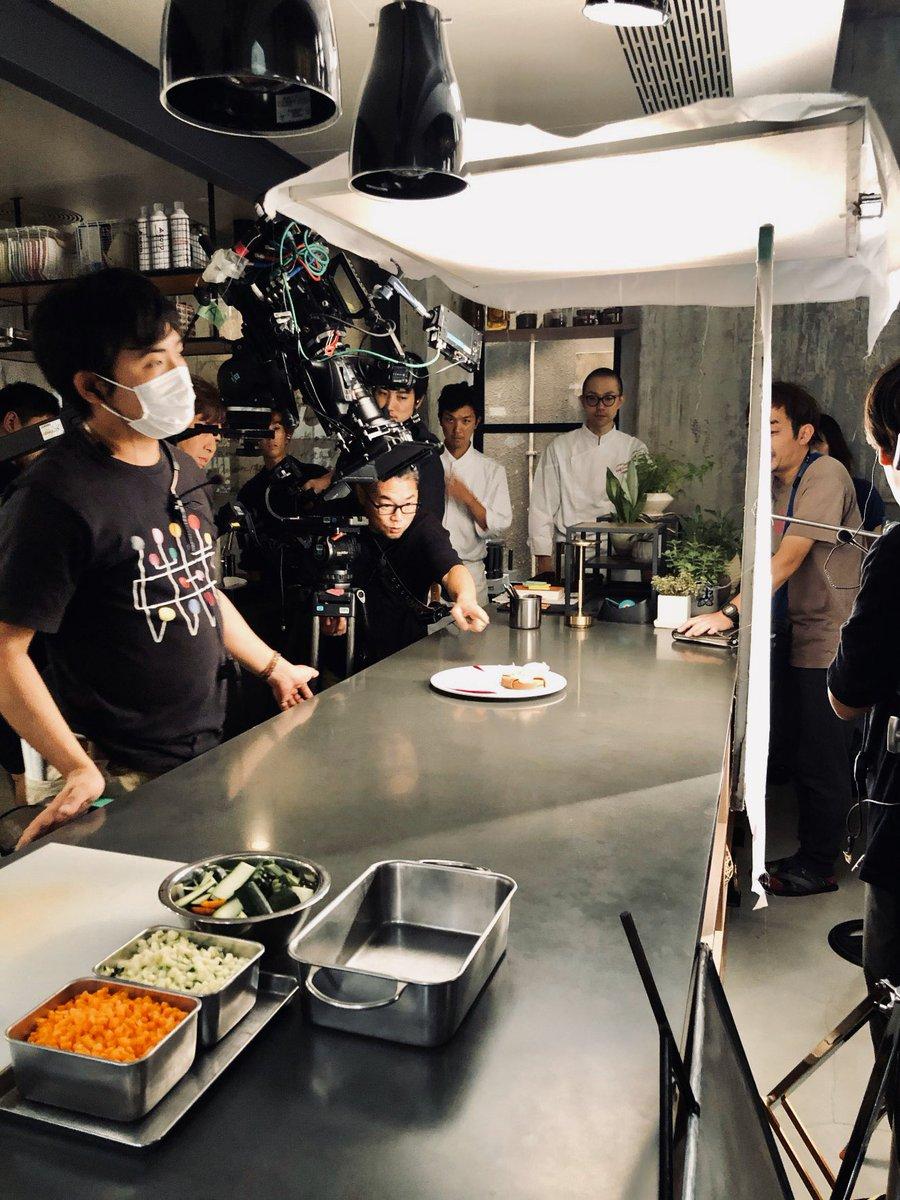 #グランメゾン東京 をご覧頂くと、料理の映像がたくさん出てきます👀✨三つ星を目指す作品だけあり、料理の撮影にはとっても力を入れています💪🏼✨そして、その料理一つ一つはお芝居とは別で撮影中⭐️目の前で美味しそうな料理をたくさん撮影しているのでみんな腹ぺこです😋#チームグラメ