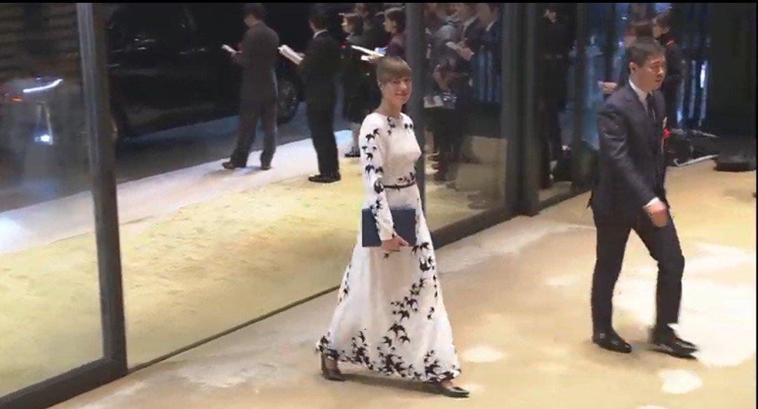 エストニアの大統領、燕の柄のドレスが超素敵(私ツバメ好きなので)。地下鉄に乗ったりするのも好感がもてる。ちなみにツバメはエストニアの国鳥です(さっき知った)。