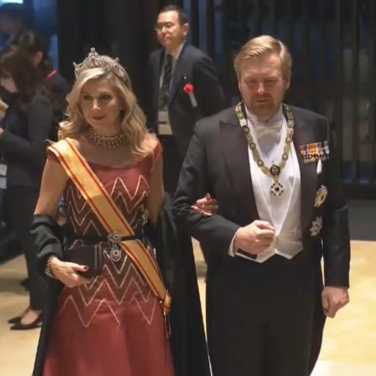 備忘録追加。#饗宴の儀 1枚目、オランダ国王ご夫妻。マキシマ王妃、珍しい感じのヘアとメイク。貫禄。2枚目、ベルギー国王ご夫妻。マチルド王妃、落ち着いたゴールドのドレス素敵。3枚目、スペイン国王ご夫妻。レティシア王妃、珍しいお色のドレス。手の込んだ刺繍(?)ですね。#即位礼正殿の儀