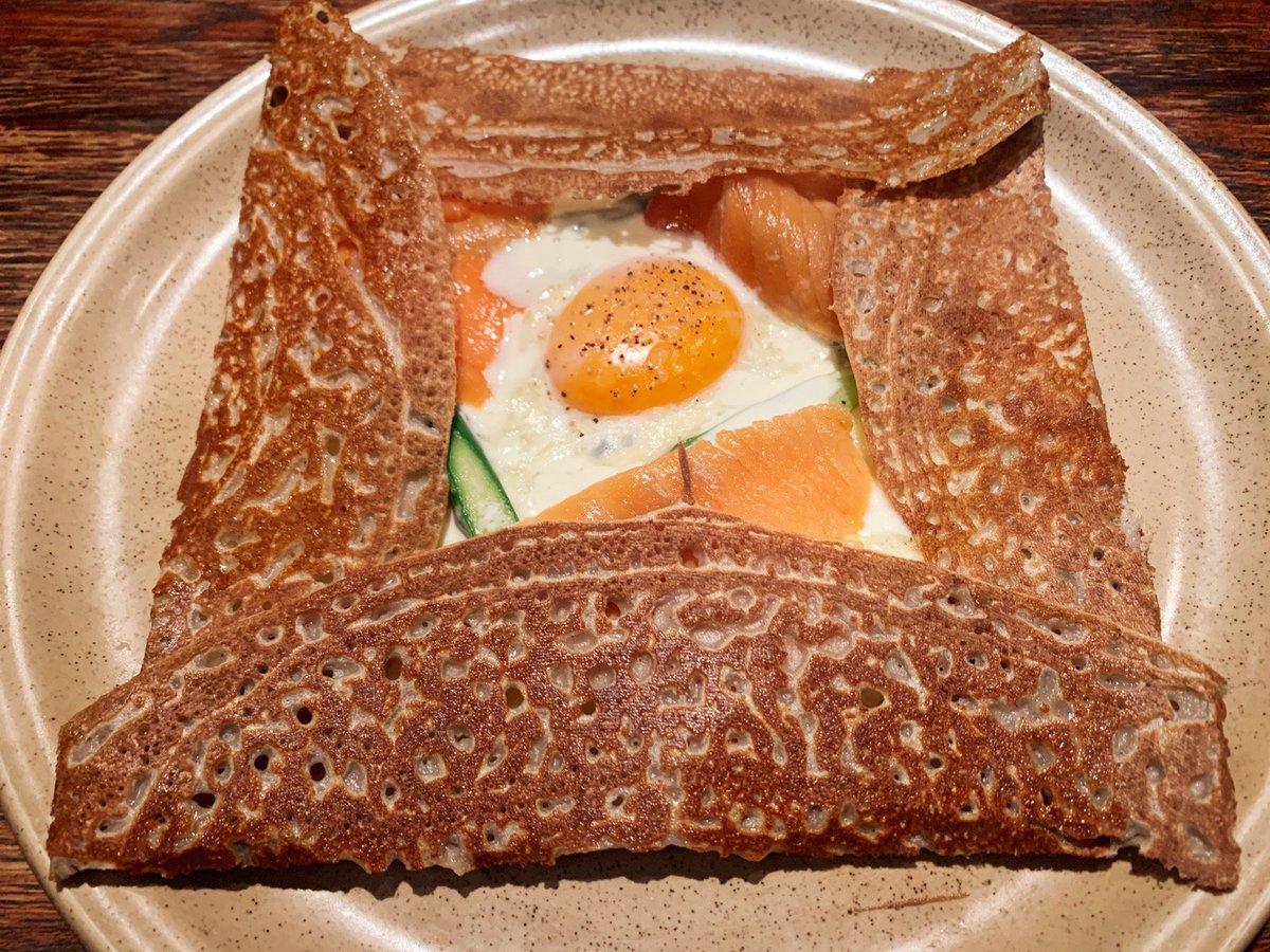 【ブレッツカフェ クレープリー】@東京:表参道駅から徒歩6分グルテンフリーで作り上げたガレットを食べられるお店。そば粉100%のガレットは、サクサク感がありながらもモチっとした食感!サーモンや野菜、目玉焼き入りの「ブロッセリアンド」をはじめ種類豊富🎶サイズも大きくボリューム満点✨