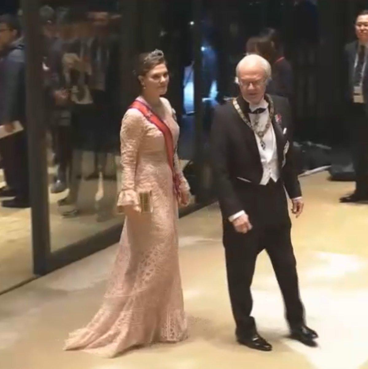 備忘録さらに追加。#饗宴の儀 1、2枚目、スウェーデンのカールグスタフ国王と娘のヴィクトリア皇太子殿下。スウェーデンは次は女王様。その次も女王様。(かわいいプリンセスがいらっしゃる)3枚目、デンマークの皇太子ご夫妻。メアリー皇太子妃のファッション大好き。#即位礼正殿の儀