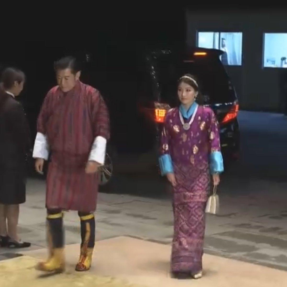 備忘録また追加。#饗宴の儀 ブータン国王ご夫妻。ブータンの伝統的な装束でしょうか。王妃の差し色のブルーが素敵。伝統的な装束の方は他にもたくさんいました。皆様、とっても素敵でした。#即位礼正殿の儀