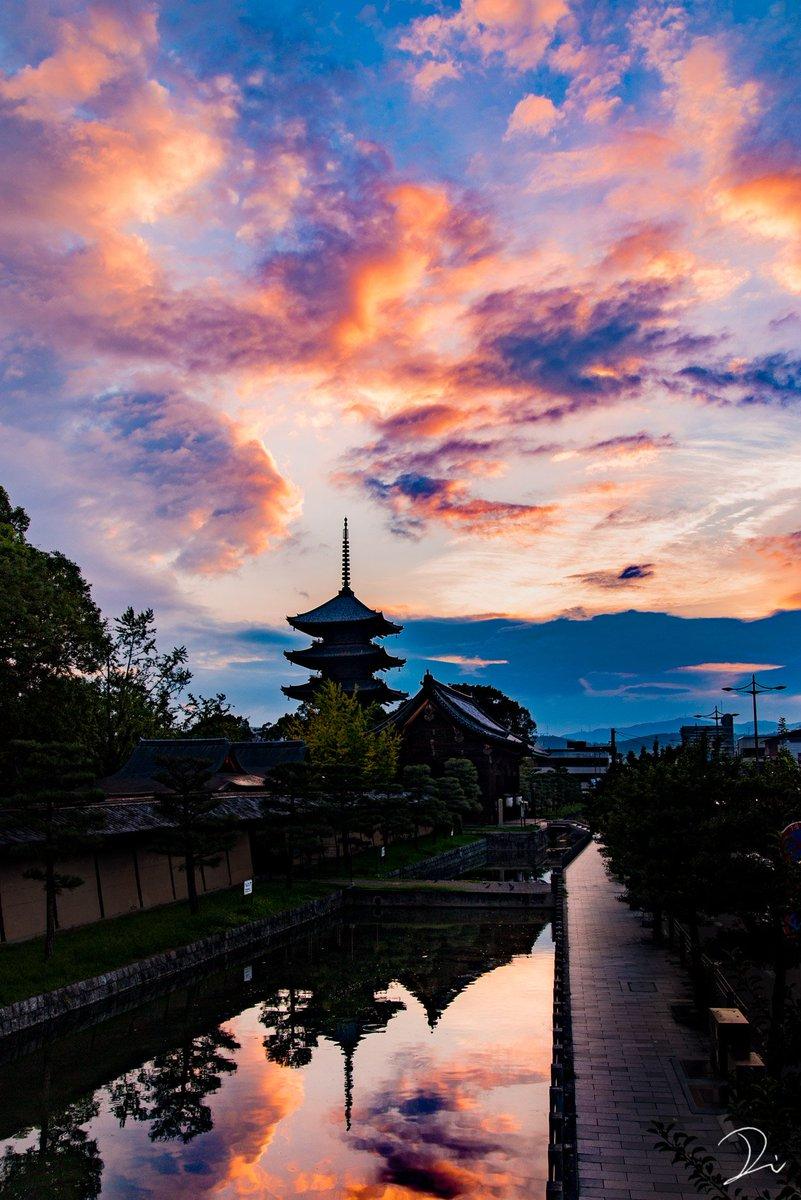 京都、朝と夕暮れの物語。焼ける空に出会う度に、幸せを感じるのです。1.朝焼けの東寺2.夕焼けの伏見稲荷大社、四ツ辻3.朝焼けの渡月橋4.夕暮れの平等院(冬季の日没が早い時期のみ)