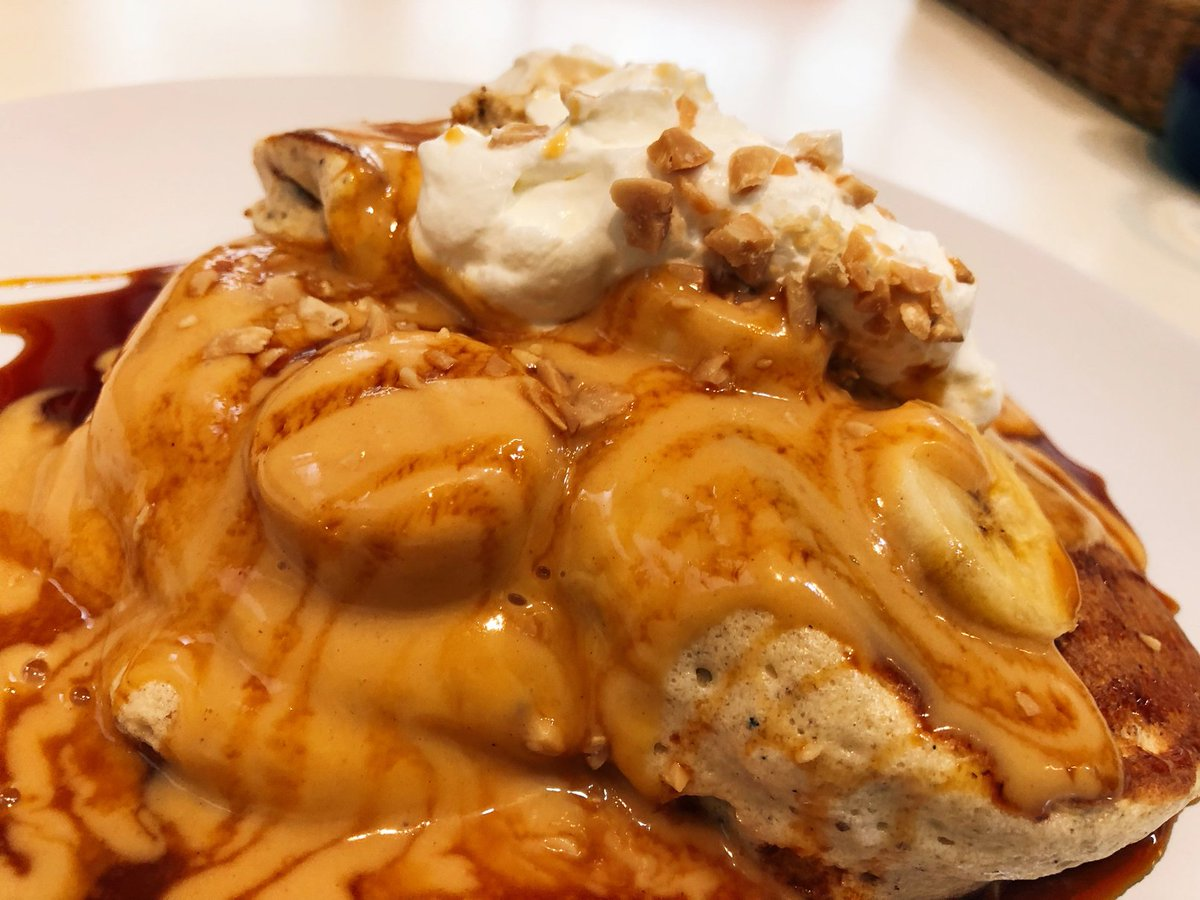 神奈川の湘南台にあるココペリではピーナッツキャラメルパンケーキが食べられる!一口頬張るとピーナツの香ばしい味わいが口いっぱいに広がる。パンケーキはフワフワでフォークのみで食べられるほどのふんわり感。ピーナッツソースとキャラメルソースの夢のコラボレーションが最高でした。
