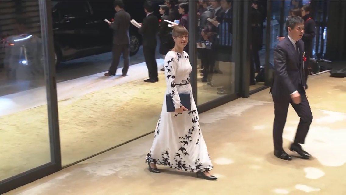 エストニア大統領の国鳥のツバメをあしらったドレス…狂おしいほど好き…#饗宴の儀