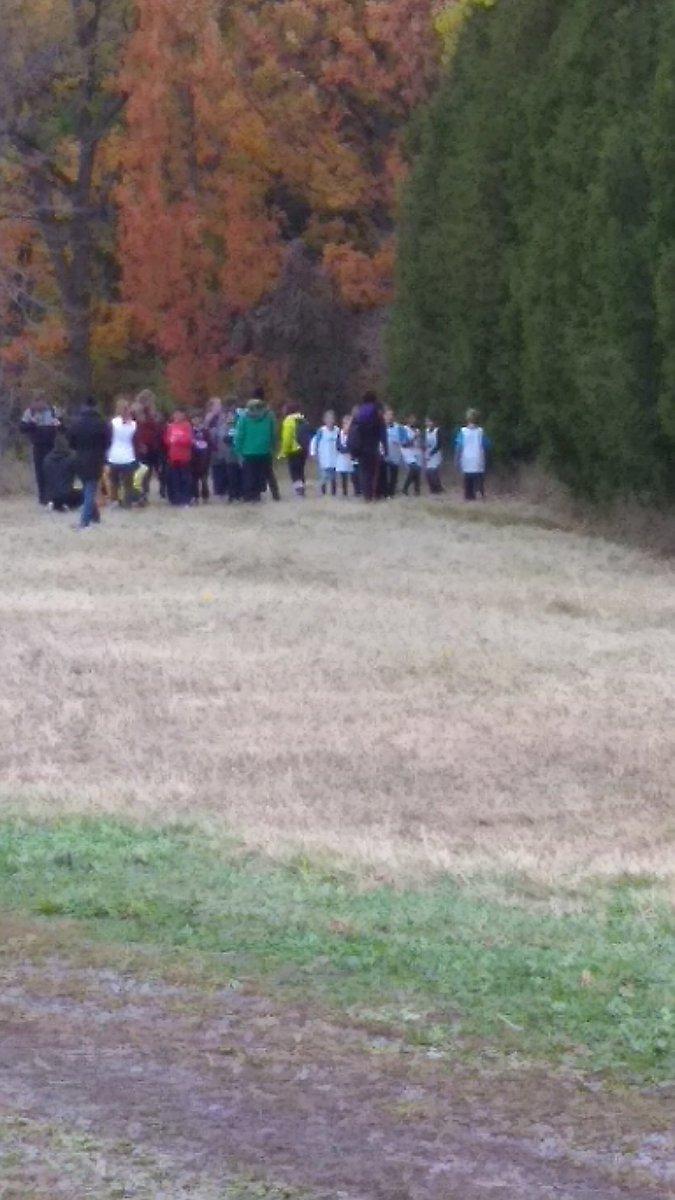 Team spirit, twice the kids just decided to try the 3km run! Go Evergreen! @EvergreenLBPSB @ESD_LBPSB @LBPSB  #runforfun #crosscountryrun pic.twitter.com/Cnz1DP6w5a