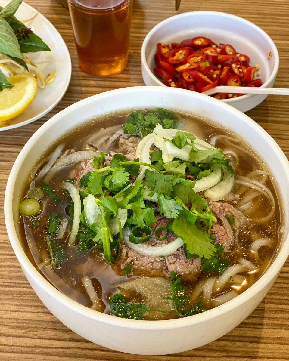 I ❤️ pho  好久沒吃越南河粉了,昨天趁著老殘去復健時我獨自前往享用(因為他每次連一碗中的都吃不完,都偷吃我的),但我真的太小看自己了,我應該像以往一樣都點大碗的才對,因為吃完還是超餓,之後反而花了更多錢再去續攤🙄 #Australia #Sydney #vietnamesefood #pho #澳洲 #雪梨 #越南河粉 https://t.co/uyy4ZySMn8