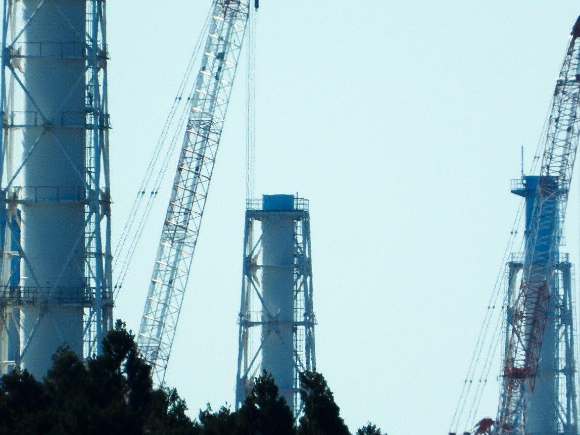 今日はこの後、福島第一原発の敷地内取材。その前に、いつもの撮影ポイントから3ブロック目まで解体が終わり、6メートル以上短くなった排気筒を撮りました。今後は複雑に入り組んだタワー部と合わせたより難しい解体作業。ゆっくりでも、着実、安全に作業が進むよう祈ります。