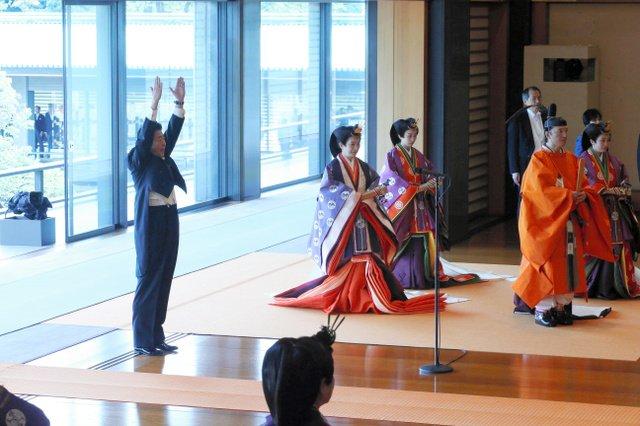 【世界でも関心】「即位礼正殿の儀」海外の反応は万歳三唱について仏紙は「banzaiは文字通りには1万年を意味し、天皇が末永く生きるよう願うもの」と解説。中国でも速報され、「中日友好のために祝福したい」「伝統的な服装が素晴らしい」などと肯定的な意見が目立った。