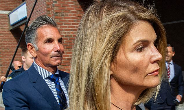 Lori Loughlin is hit with new bribery charge for her role in the college admissions scandal - Top Tweets Photo