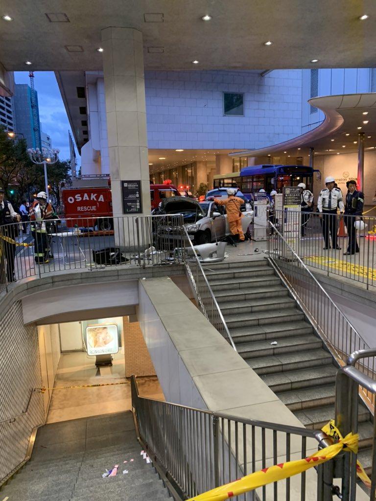 上本町駅バスターミナルにタクシーが突っ込んでいる事故現場の画像