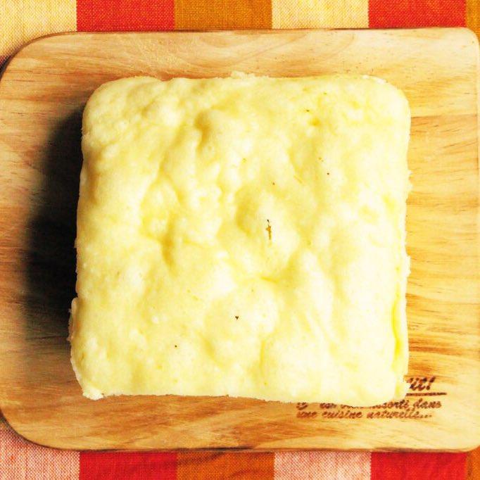 人気のコーン蒸しパンに「とろけるチーズ」入れたら極上の蒸しパンが出来るんじゃない?と思い作ってみたら、想像以上でした...!『チーズコーン蒸しパン』チーズと牛乳は耐熱容器に入れ90秒チン。チーズをとろとろに溶かしコーンスープとミックス粉入れて3分チンで完!