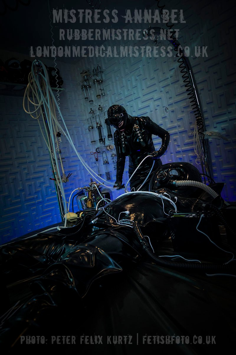 #anotherdayattheoffice #MistressAnnabel #rubbermistress #seriouskit #heavyrubber #heavylatex #latexcatsuit #latexhood #gasmask #respirator #londonrubberstudio #londonfetish #latexrubber #seriouskitmilker #PeterFelixKurtz #fetishfoto
