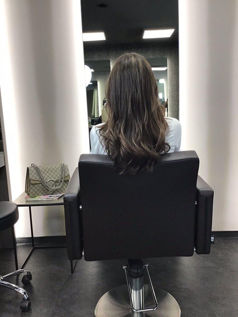 Mal wieder eine Punktlandung mit der Uhrzeit für ein perfektes Farberlebnis. Die leichten Wellen in den Haaren zum Abschluss dürfen natürlich nicht fehlen.   #ksfriseur #haircolorartist #brownhair #haircolor #beautyhair #beautyhairstyle #balayage #brown #munichstagram pic.twitter.com/N7Q4tFFhvd