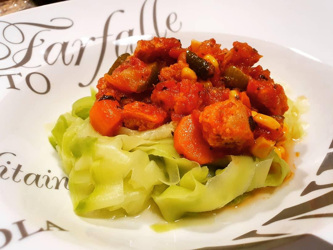 #miercolesdevino con @tisonfe y @nanapikonico probando las recetas de @hashtagsaludable (boloñesa de #soja texturizada) y @martasdfn (pollo al limón con tahini y miso)  #vigo #cooking #cook #comomevoyaponer #asidagusto #home #recetas #blogger #gastroigers #foodies #food
