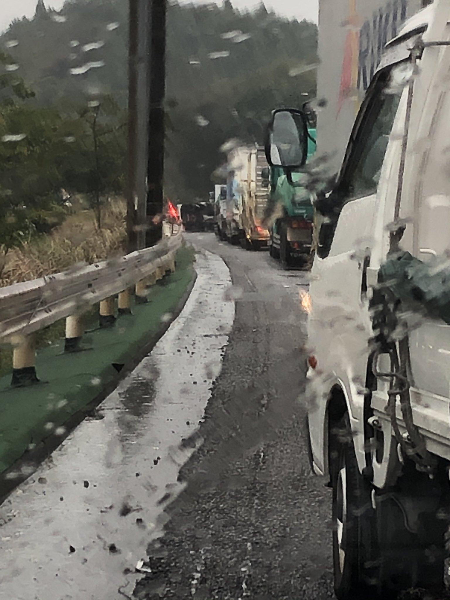 名阪国道下りの大型トラック横転事故の現場画像