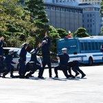 気になる皇居前の待機場所での京都府警の方達の記念撮影のポーズ