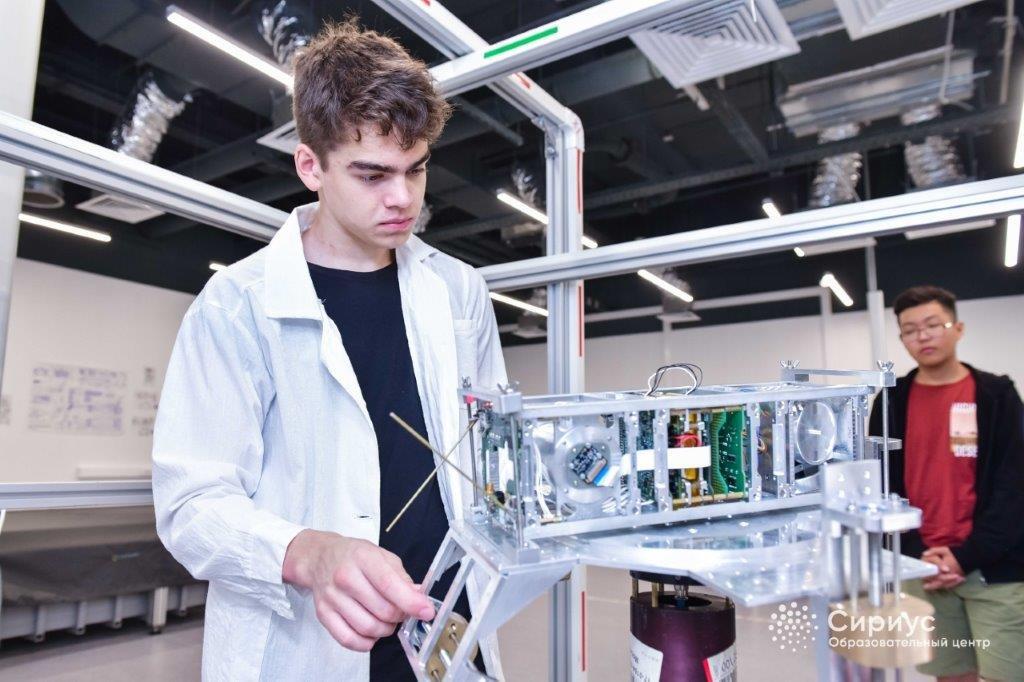 При поддержке Роскосмоса стартуют отборочные туры по участию в образовательной космической программе #Сириус2020 — roscosmos.ru/26975/ 🛰️ Программа является финалом проекта «Дежурный по планете 2019-2020», объединяющего 5 конкурсов по разработке оборудования для спутников