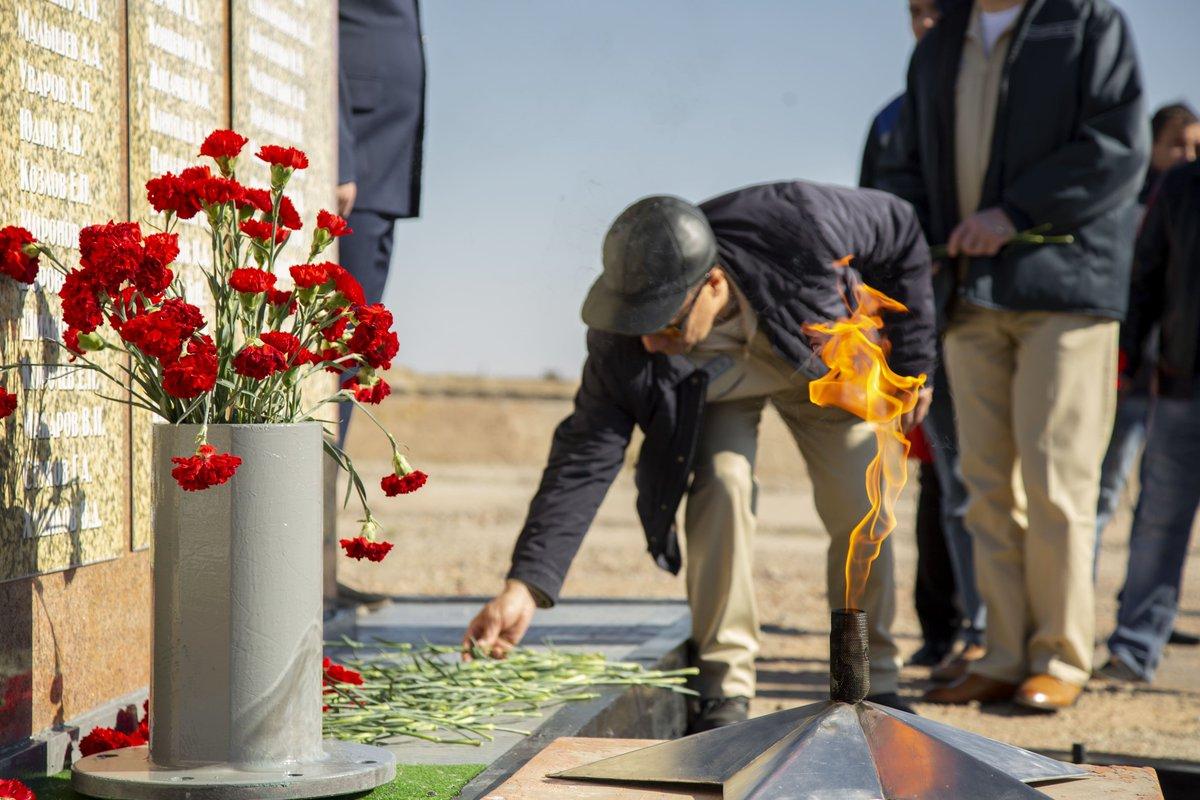 В Байконуре прошли мероприятия, посвященные памяти ракетчиков, погибших на космодроме в 1960 и 1963 гг. — roscosmos.ru/26978/ Ежегодно работники космической отрасли, а также жители города собираются на траурном митинге, чтобы почтить память испытателей ракетной техники