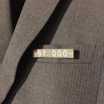 スーツに値札がついてるかと思いきや?ブローチだった!