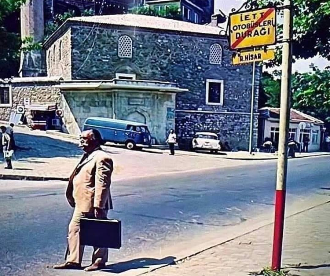 durakta otobüs bekleyen hulusi kentmen resmi ile ilgili görsel sonucu