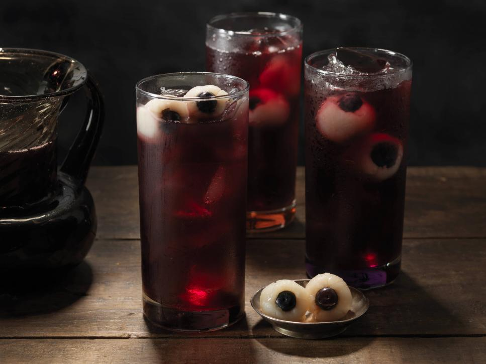 Cheers to Halloween with these epic cocktail recipes:  https:// foodtv.com/2nvpLhs    !  #GingerbreadShowdown <br>http://pic.twitter.com/BxTOofbWgR