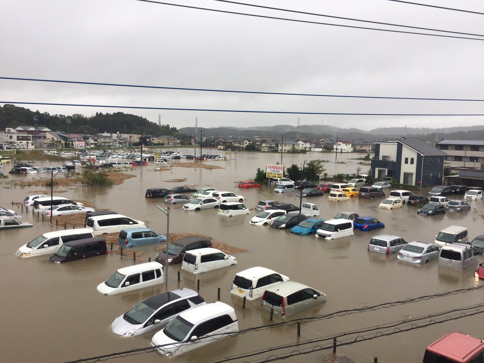 大網駅前の駐車場が冠水し車が水没している現場の画像