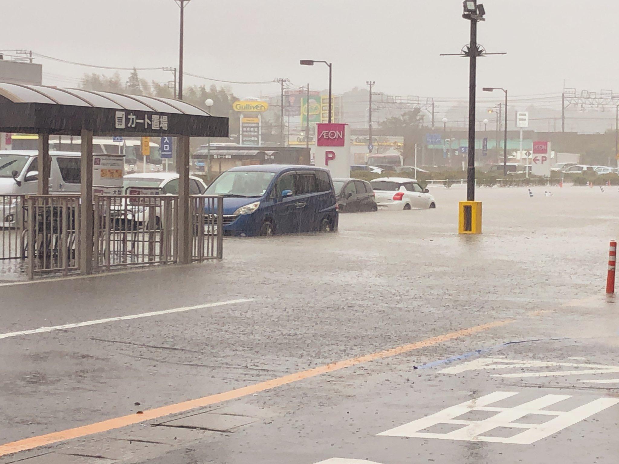 イオンモール成田が大雨で冠水している現場の画像