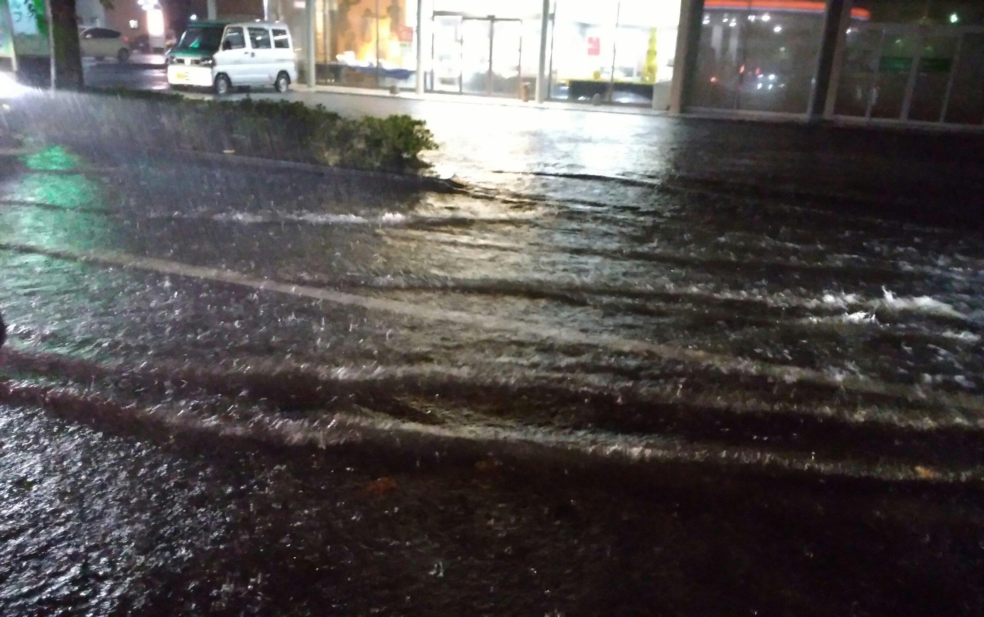 福島県いわき市の道路が冠水している現場画像