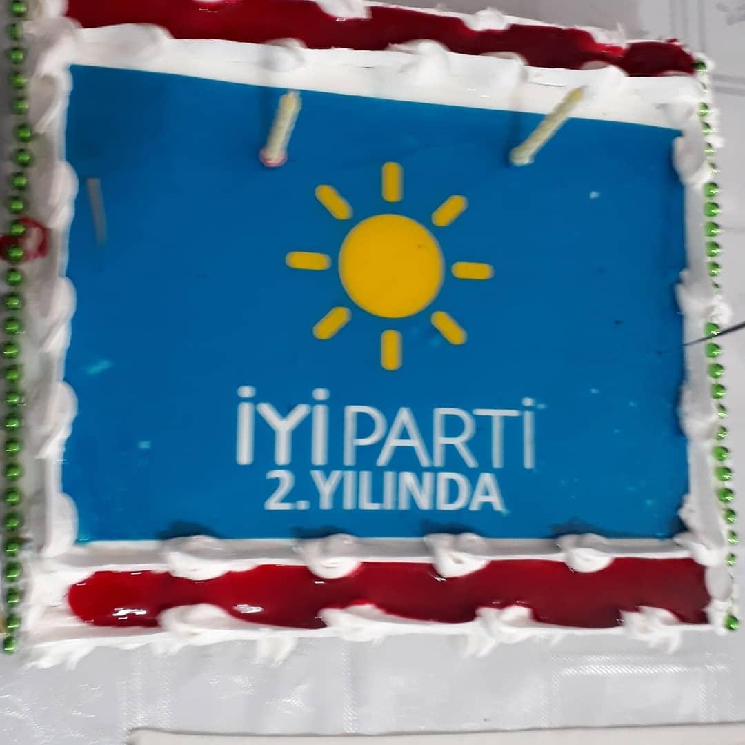 Ülkemizin Aydınlık geleceği İçin kurduğumuz ,Cesurlar hareketimizin kuruluşunun 2.yılını teşkilat binamızda pasta keserek kutladık.☀️