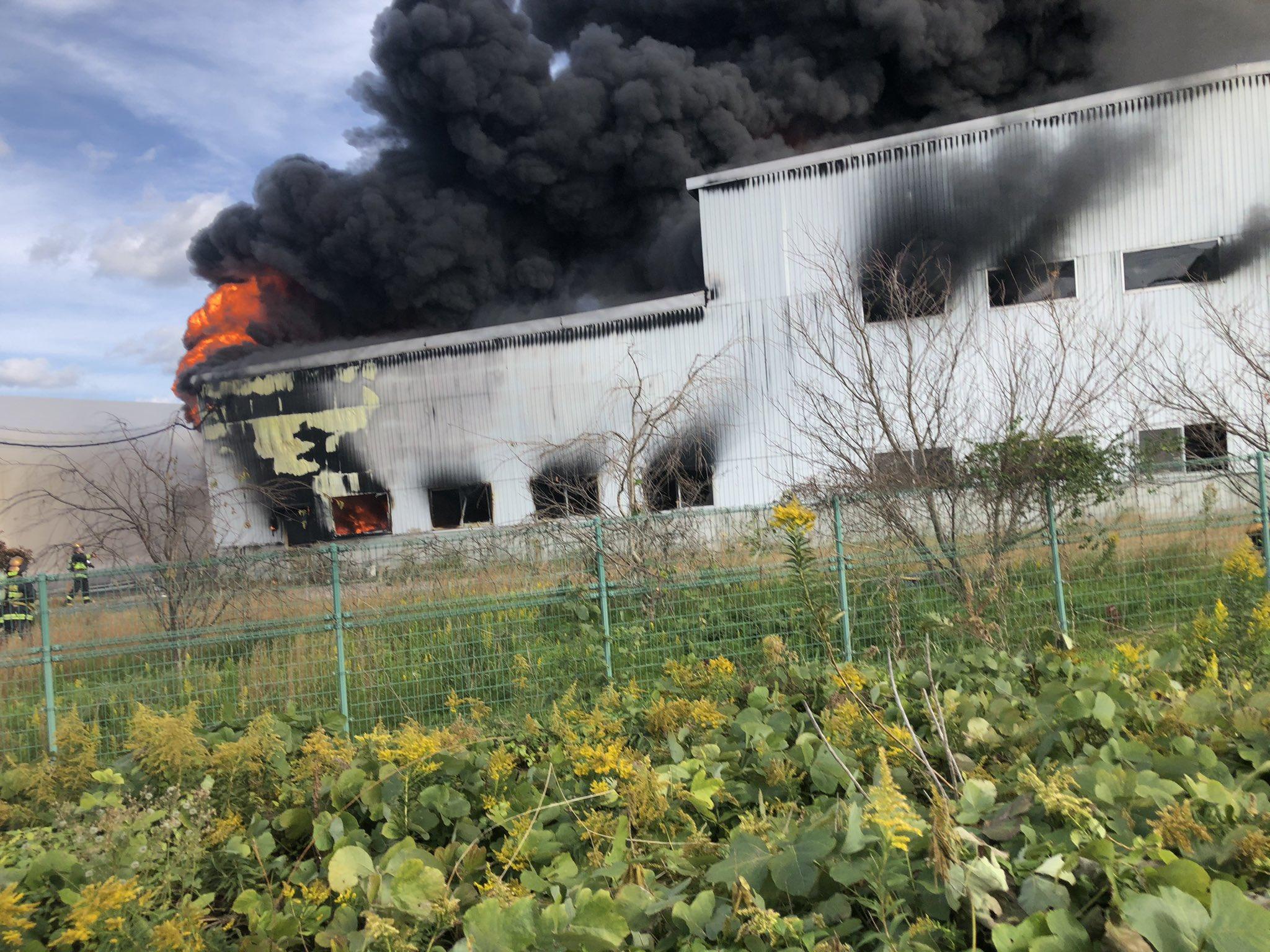 鳥取市船木の津ノ井工業団地の工場が火事になっている画像