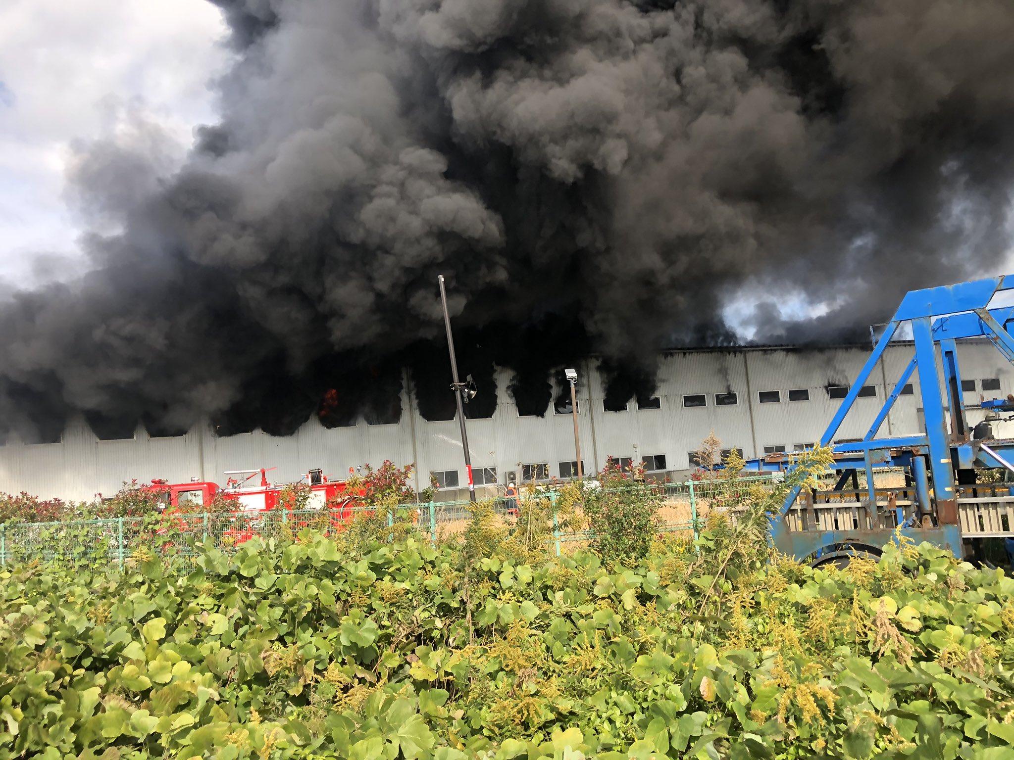 津ノ井工業団地の工場が燃えている火災現場の画像