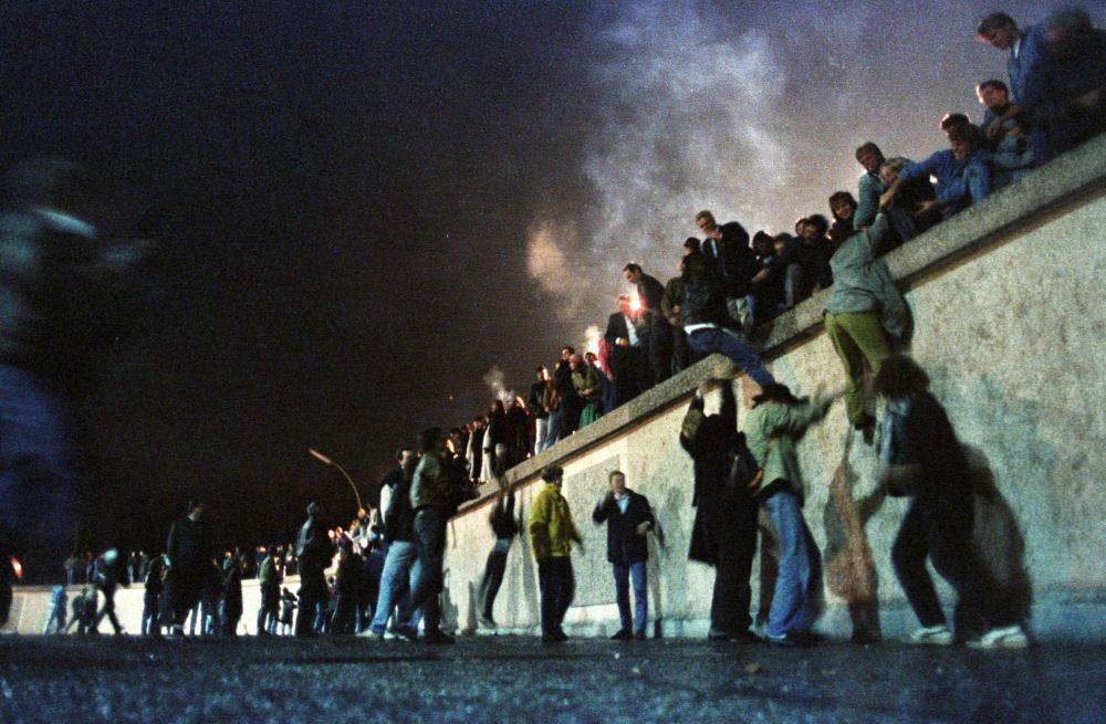 Hace 30 años, la libertad hizo añicos el Muro de Berlín y la derrota de la sangrienta ideología comunista era evidente. Hoy en Chile, los mismos comunistas y la izquierda radical nos quieren devolver al pasado. No lo vamos a permitir, una vez más serán derrotados! #BerlinWall30