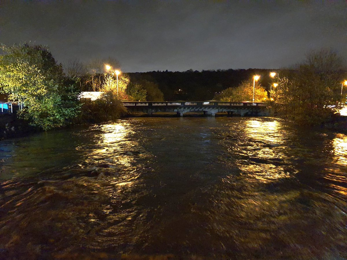 @BBCLeeds the view from old Apperley Bridge across to the ('new') Road Bridge last night (photo taken from Greengates Matters Facebook group - credit unknown. )