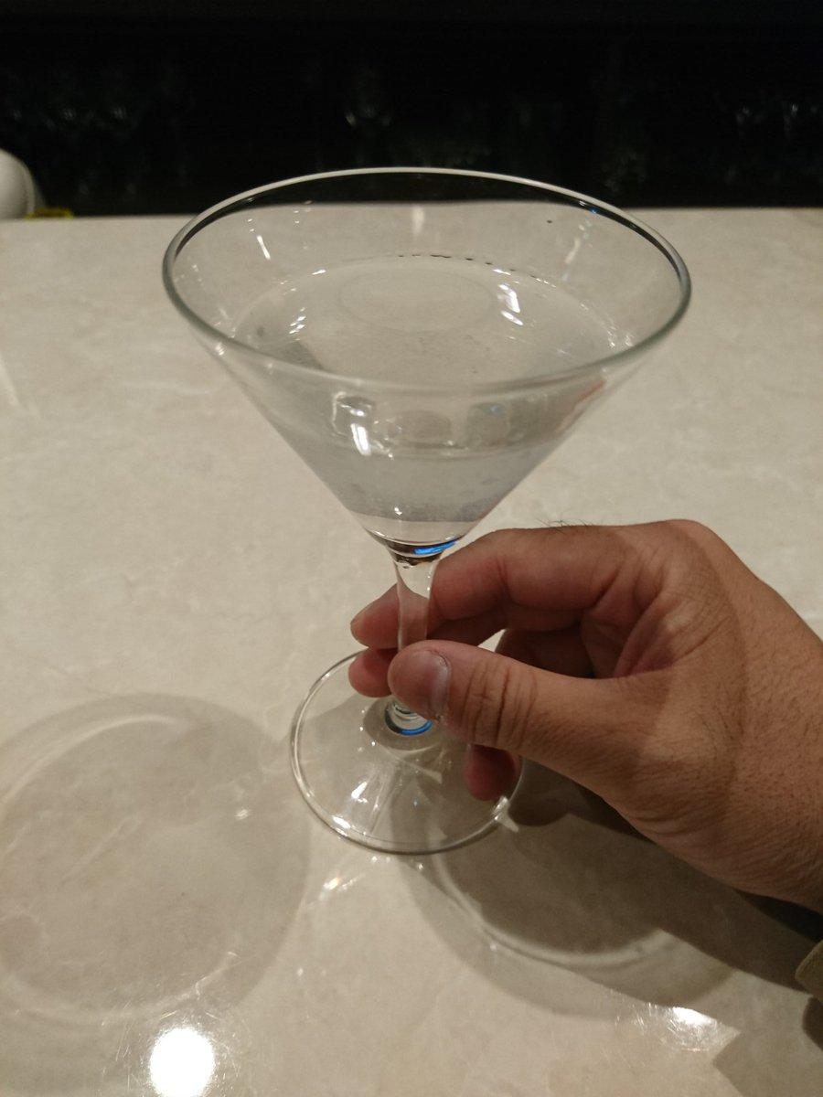 ダイエットは明日からにしよう…。今日は三軒はしご酒よ🎵ギムレットと、スコーピオンを飲んで(カクテル🍸)お次はラム酒一杯。(お通しのラザニア最高)ラストはシークヮーサーサワー3杯。飲み仲間の先輩達と遭遇‼️目標はあくまで5キロ‼️
